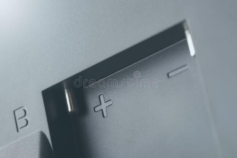 Contatos brilhantes do conector para a bateria em uma caixa preta pl?stica imagem de stock