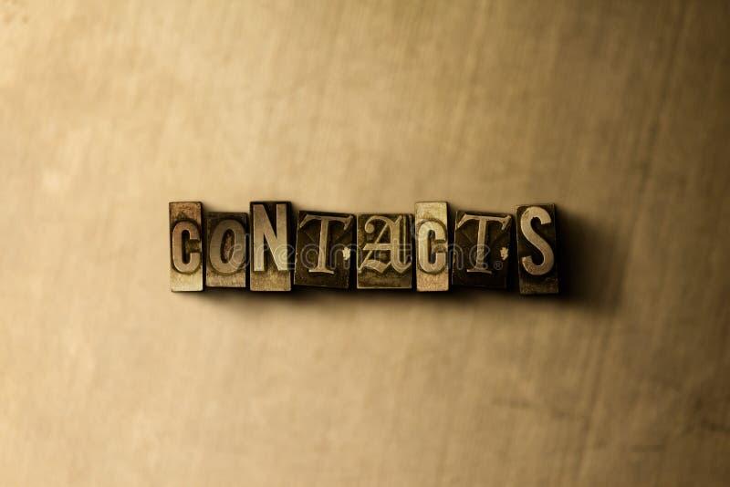 CONTATOS - close-up vintage sujo da palavra typeset no contexto do metal fotografia de stock