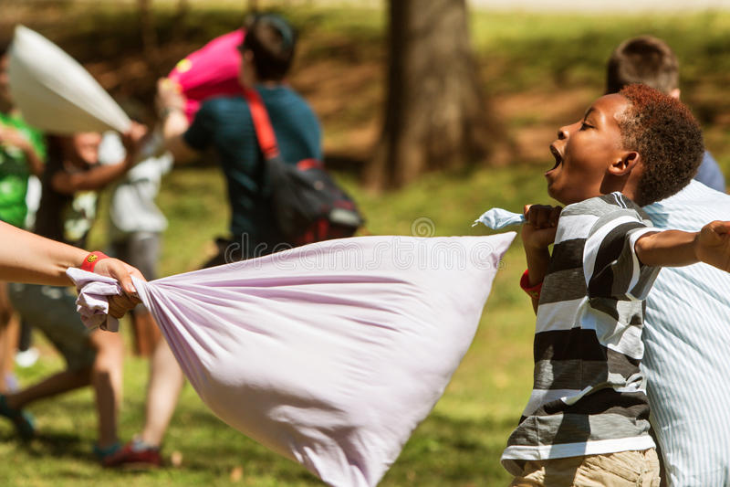 Contatto di espedienti del bambino al giorno internazionale di lotta di cuscino di Atlanta immagini stock