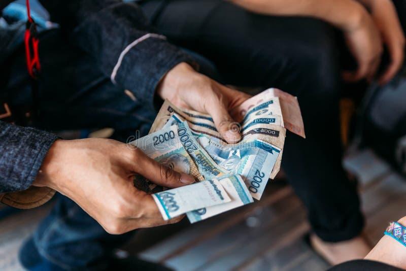 Conteggio delle banconote del Laos a Vientiane, il Laos fotografie stock