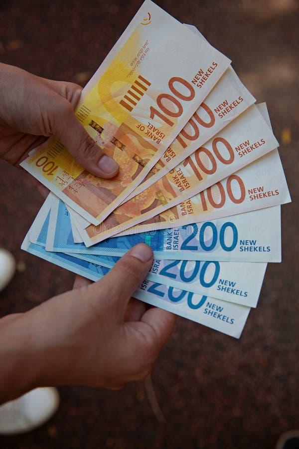 Conteggio delle banconote israeliane nuove dello shekel fotografia stock libera da diritti