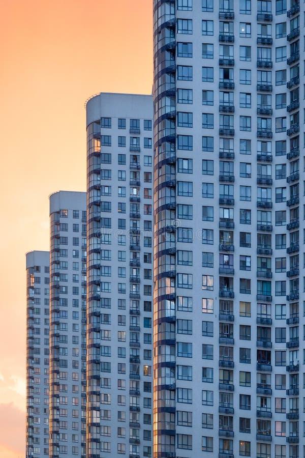 Contemparary hyreshus i staden, bostads- arkitektur Modern lägenhetandelshus arkivfoto