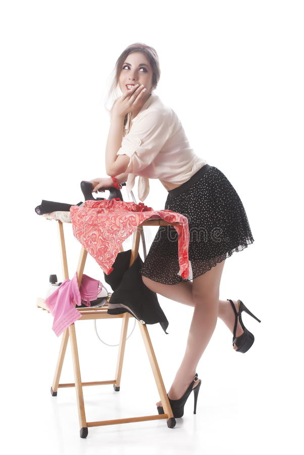 Contemplando a roupa passando da mulher fotografia de stock royalty free