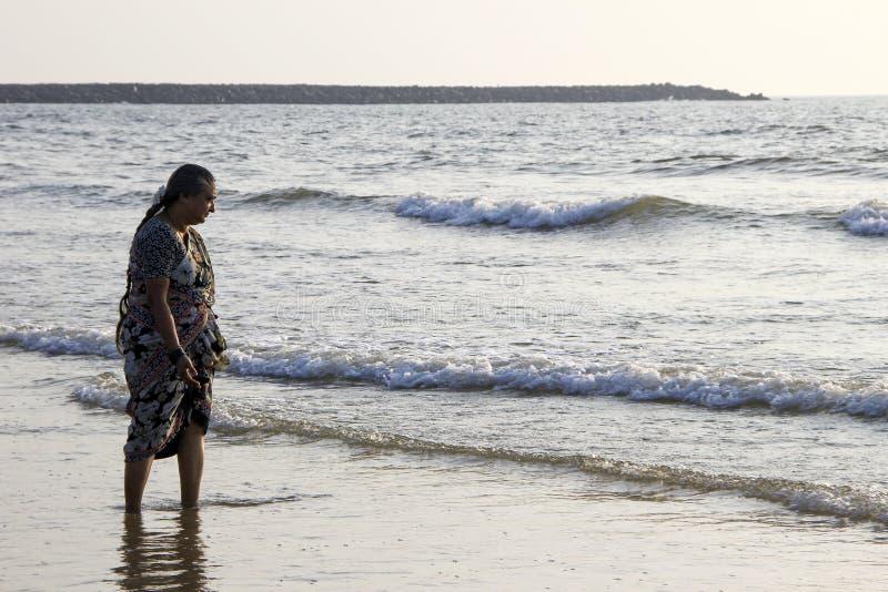 Contemplar ondas del mar foto de archivo