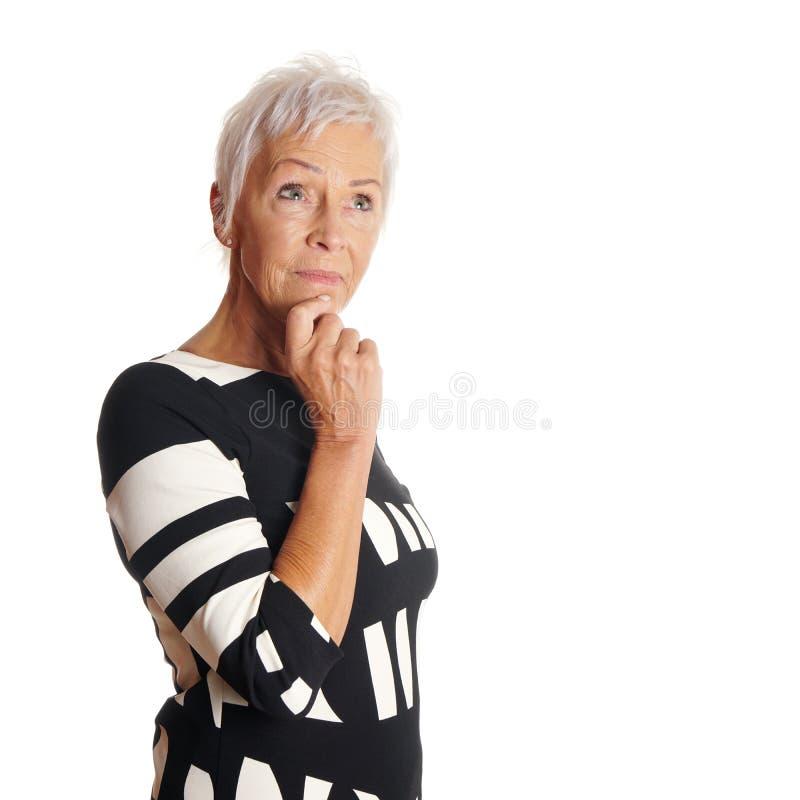 Contemplatieve oudere vrouw die omhoog kijken royalty-vrije stock foto's