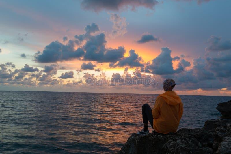 Contemplation de coucher du soleil photographie stock libre de droits