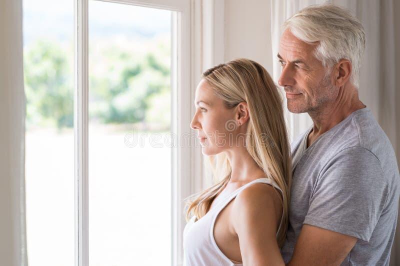 Contemplation mûre de couples images stock