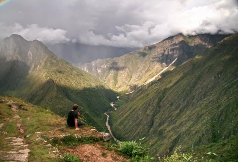 Contemplazione delle montagne di Machu Picchu, Cusco, Perù fotografie stock libere da diritti