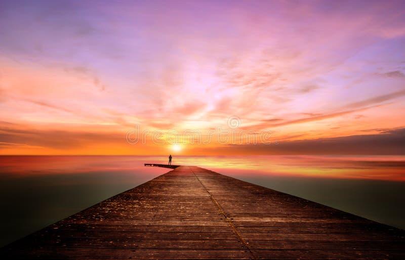 Contemple un coucher du soleil splendide photos libres de droits