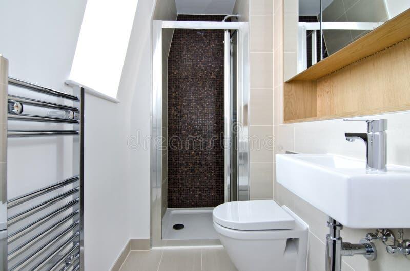 Contemporain salle de bains d'en-suite de 3 morceaux images libres de droits