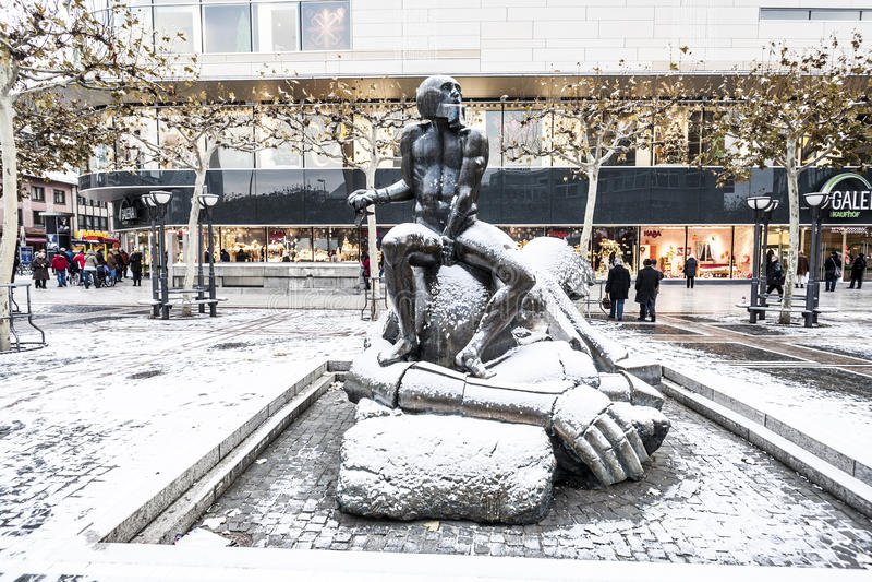 Contemporary sculpture david and goliath at zeil for Sculpture contemporaine