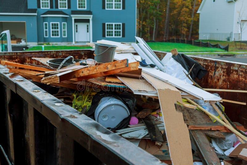Contenedor de la descarga rodada llenado de escombros del edificio foto de archivo libre de regalías