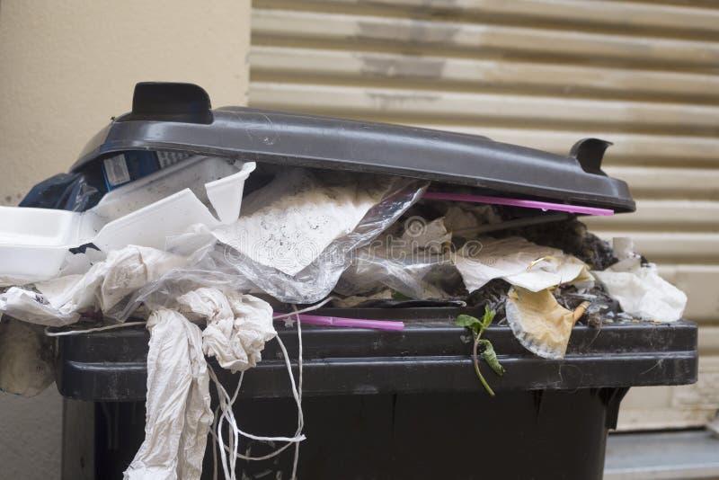 Contenedor plástico, basura imagen de archivo