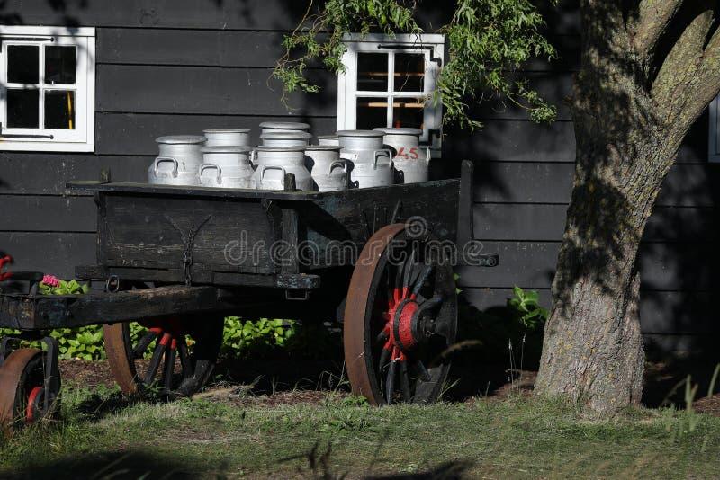 Contenedores de almacenamiento de aluminio de la leche en una granja, Países Bajos fotos de archivo
