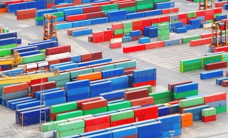 Contenedores del cargo en puerto marítimo foto de archivo libre de regalías