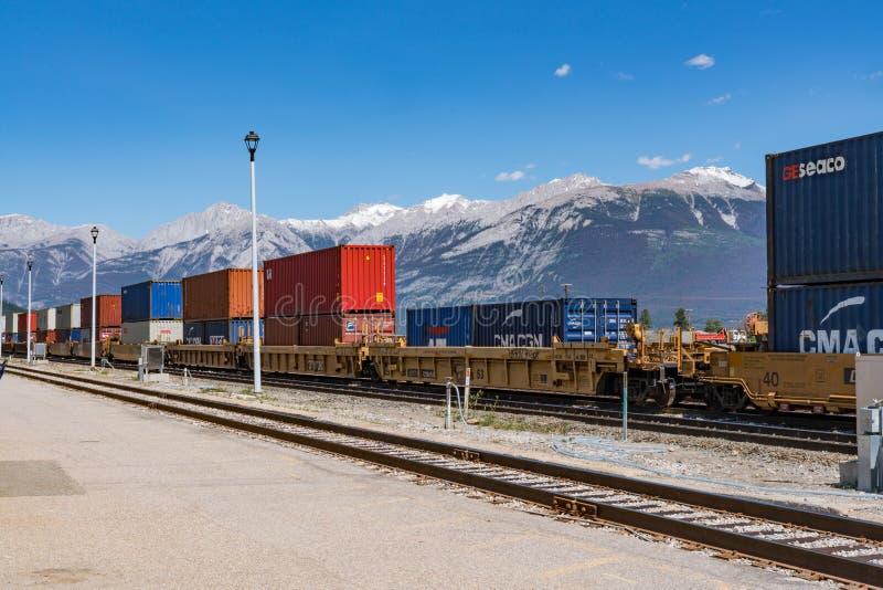 Contenedores del ferrocarril en el jaspe, Canadá foto de archivo