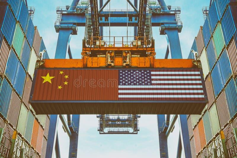 Contenedores para mercancías con la bandera china y de Estados Unidos foto de archivo libre de regalías
