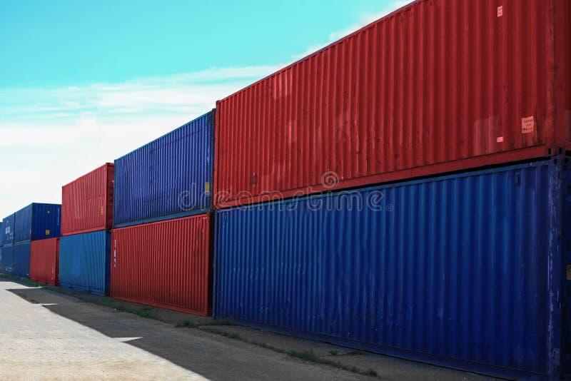 Contenedores para mercancías contra el cielo azul imagen de archivo