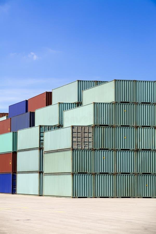 Contenedores para mercancías contra el cielo azul fotografía de archivo