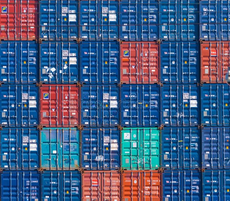 Contenedores para mercancías en puerto imagenes de archivo