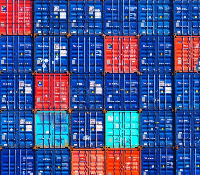Contenedores para mercancías en puerto foto de archivo