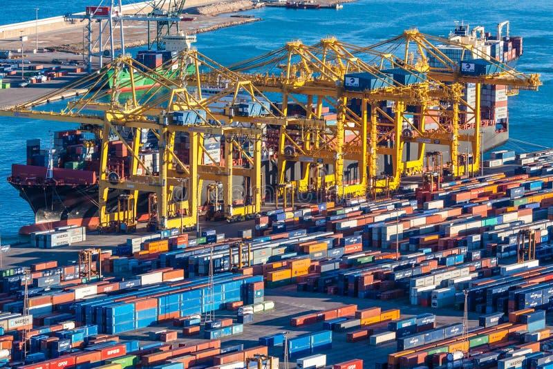 Contenedores para mercancías y buque imágenes de archivo libres de regalías