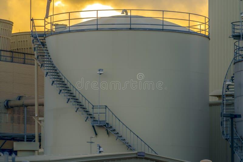 Conteneur cylindrique à une centrale en vallée de l'Utah contre le ciel au coucher du soleil photographie stock libre de droits