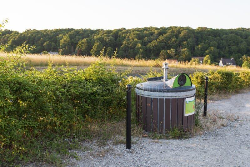 Conteneur de déchets dans la campagne photo stock