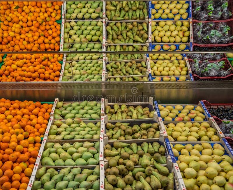 Conteneur de fruit dans le supermarché image stock