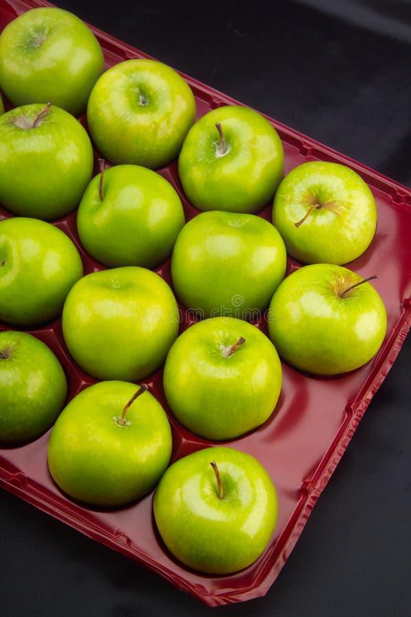 Conteneur en plastique avec pommes vertes photos libres de droits