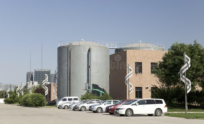 Conteneur, immeuble de bureaux et automobiles images stock