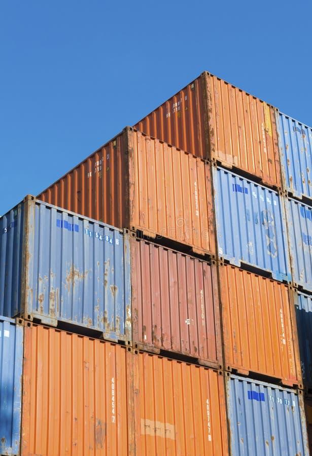Conteneurs de cargaison empilés photos stock