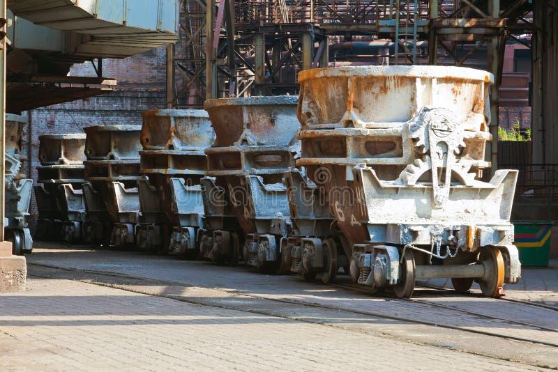 Conteneurs de chemin de fer pour le métal liquide images stock
