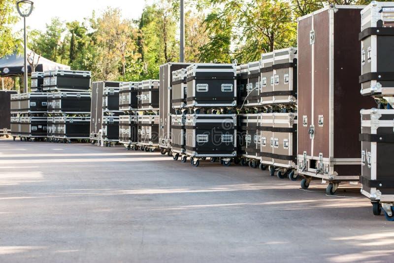 Conteneurs de concert boîtes pour l'équipement Préparant l'étape pour un concert en plein air photographie stock libre de droits