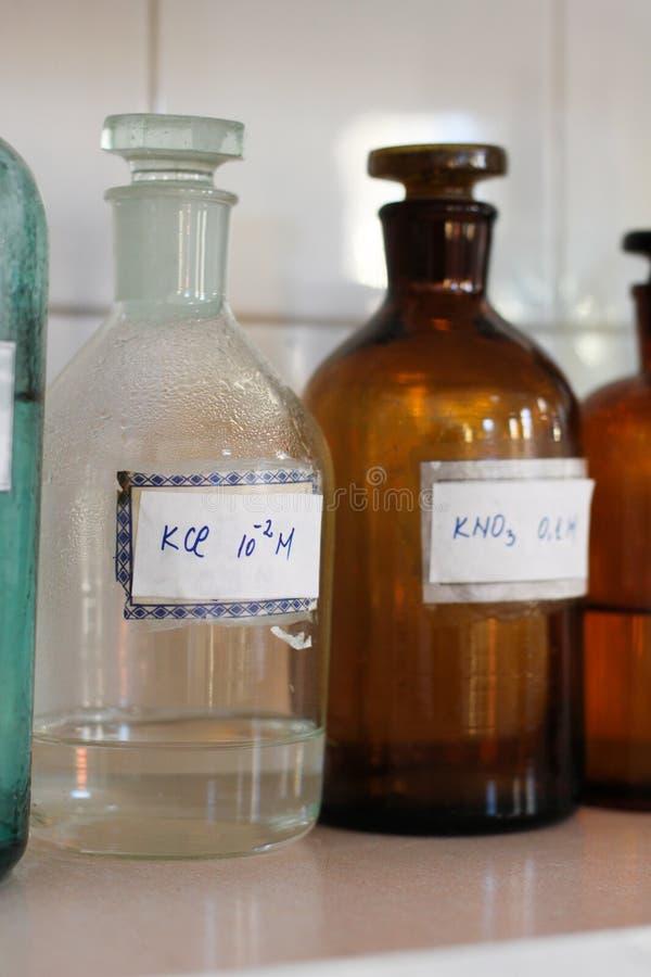 Conteneurs en verre de laboratoire de chimie photos stock