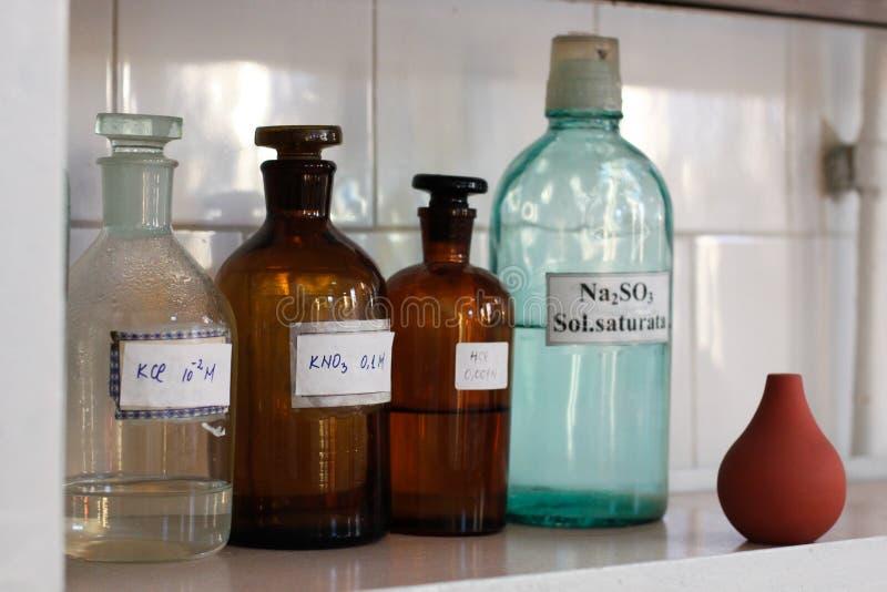 Conteneurs en verre de laboratoire de chimie image libre de droits