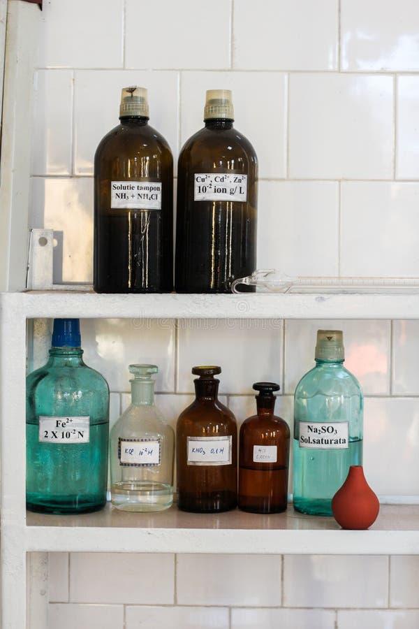 Conteneurs en verre de laboratoire de chimie images libres de droits