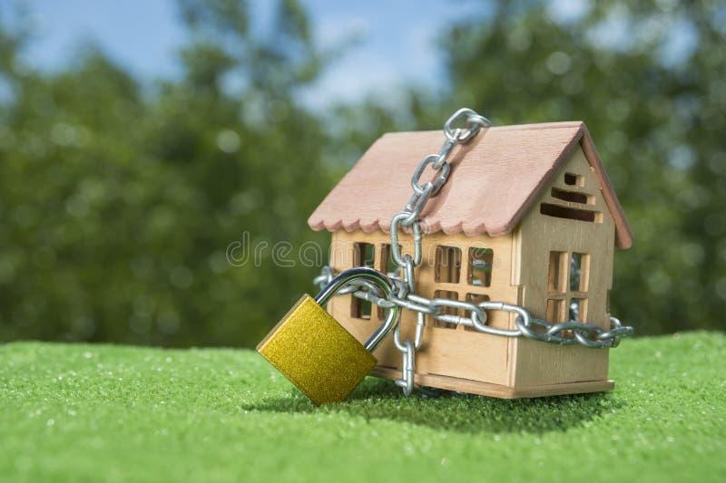 Contenga cerrado en una cerradura con una cadena imagen de archivo libre de regalías
