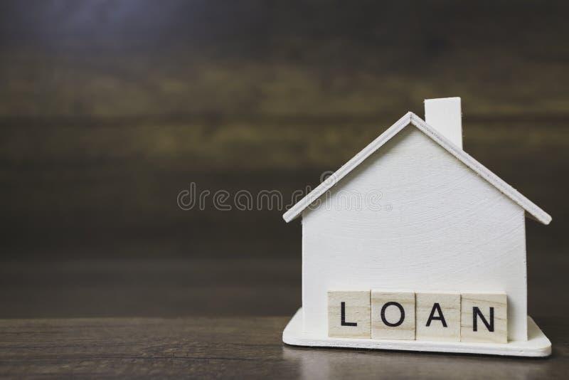 Contenga el modelo con palabra de préstamo en bloques de madera fotos de archivo libres de regalías