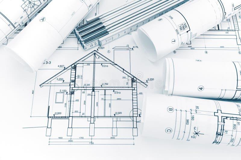 Contenga el modelo del plan y la regla de plegamiento en lugar de trabajo de los arquitectos fotografía de archivo