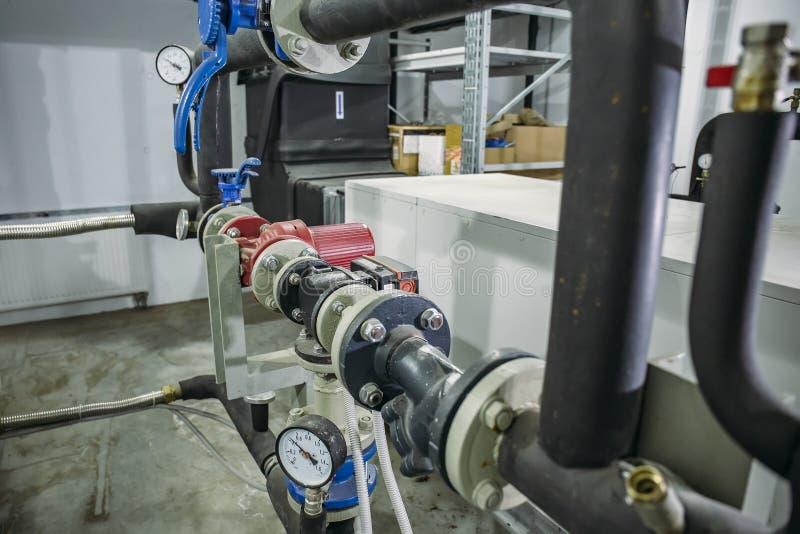 Contenga el sistema de calefacci?n con muchas tuber?as de acero, man?metros y tubos del metal fotos de archivo