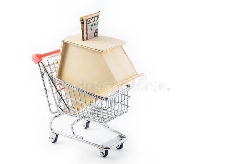 Contenga la caja de dinero formada en un carro de la compra foto de archivo
