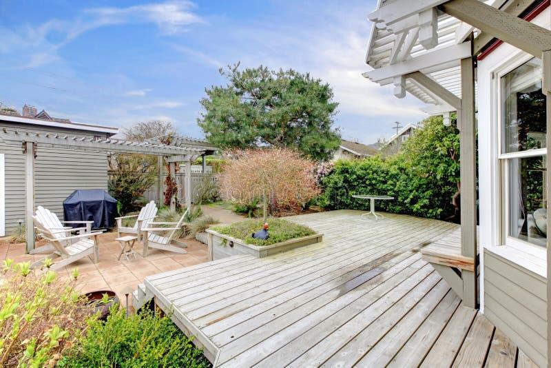 Contenga la cubierta y el patio trasero grandes durante la primavera temprana. fotografía de archivo libre de regalías