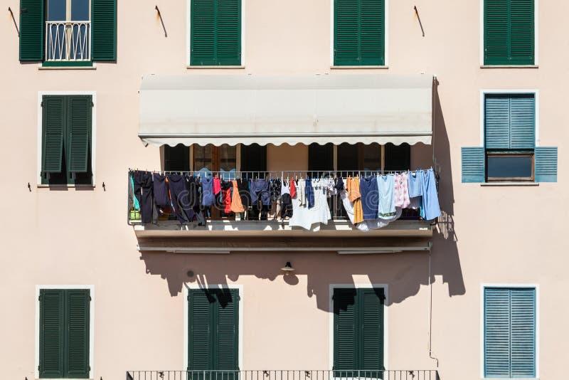Contenga la fachada con la ropa que cuelga hacia fuera para secarse Cultura italiana fotografía de archivo libre de regalías