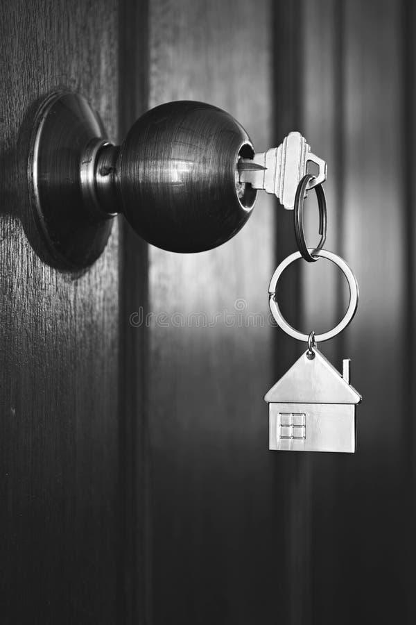 Contenga la llave en puerta principal de madera en tono blanco y negro del color imagen de archivo
