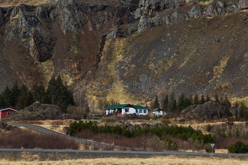 Contenga las montañas que pasan por alto las curvas de las colinas, Islandia foto de archivo