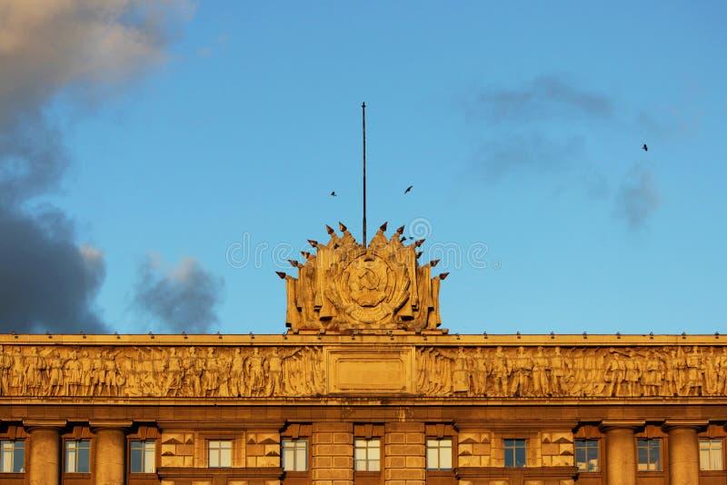 contenga los consejos y los cuervos, encendidos por el sol de la tarde contra el cielo Ciudad de St Petersburg fotos de archivo