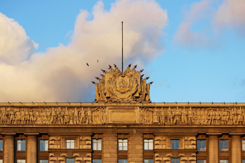 contenga los consejos y los cuervos, encendidos por el sol de la tarde contra el cielo Ciudad de St Petersburg fotos de archivo libres de regalías