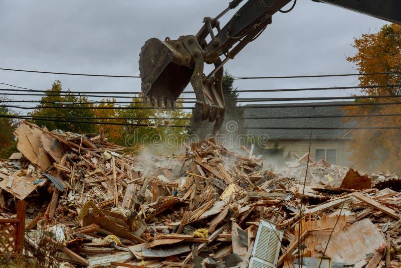 contenga los ladrillos destruidos, árboles de los palillos, desastre natural del haz de la ruina imágenes de archivo libres de regalías