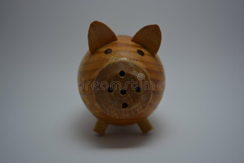 Contenga los utensilios, cerdo de madera de la mezcolanza de un árbol para la sal imagen de archivo